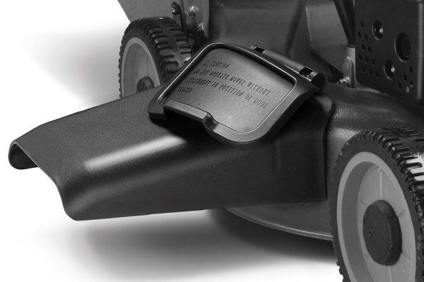 Bočni otvor, kod modela projektovanih za otežane uslove košenja vlažne trave, zatvara se poklopcem. Njegovim jednostavnim podizanjem možete uklopiti usmerivač za izbacivanje.