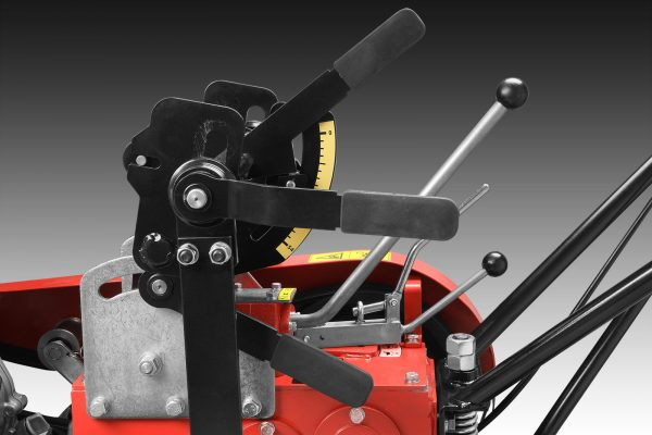 Kontorle noža skupljene na jednom mestu omogućavaju lakše podešavane nagiba i visine sečiva. Prilagodite precizno mašinu za različite veličine busena.